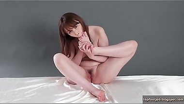 BEAUTIFUL JAPANESE GIRL SUCKING TOES